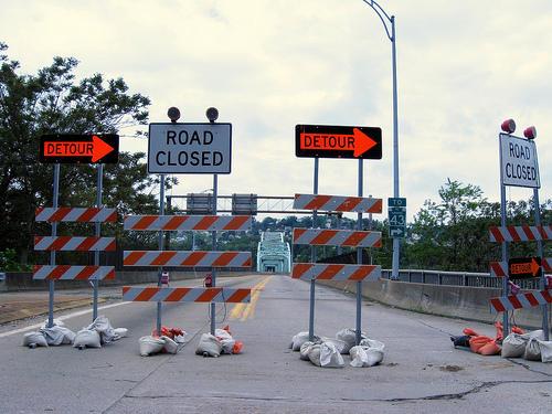 Bild av avstängd väg och bro med hänvisning till alternativ väg. Foto: Christine-592, Flickr. CC BY-ND 2.0.